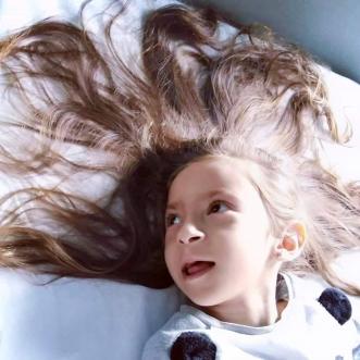 Retaj, la bellissima bimba che combatte contro una rara malattia mitocondriale